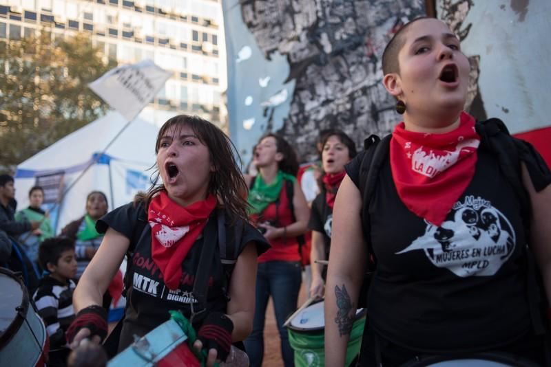 Manifestantes gritan slogans mientras se unen a las cientos de personas que se reunieron en Buenos Aires para protestar contra los altos números de violencia contra las mujeres. La campaña #NiUnaMenos comenzó en mayo. Fotografía  de Javier Coltrane, copyright ©  Demotix (03/06/2015(