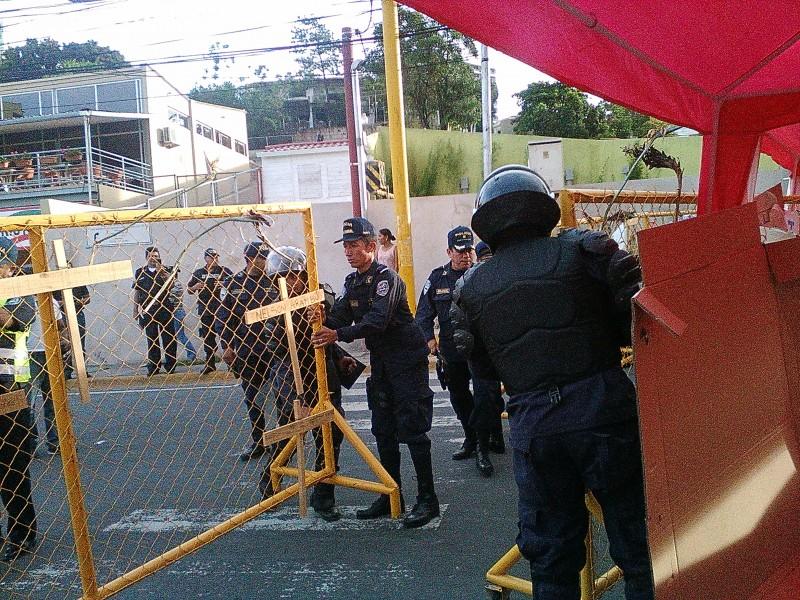 Fuerzas del orden hondureñas desmontan el lugar donde un grupo de manifestantes, en huelga de hambre, protestaba por la corrupción.
