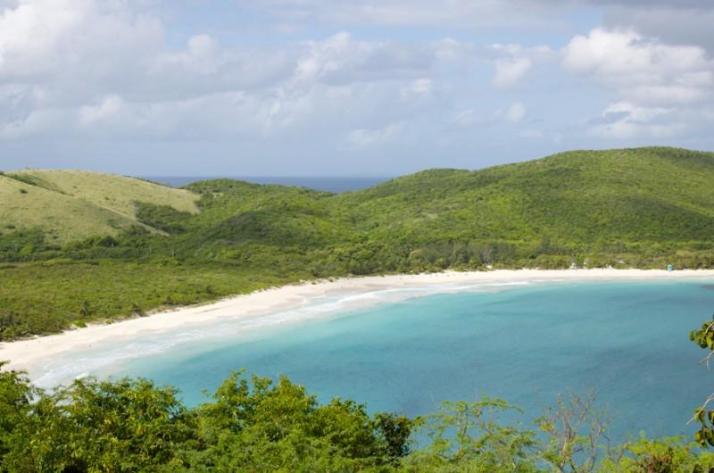 Playa Flamenco es un ejemplo de las playas prístinas de Culebra. Foto por Christopher Zapf. Utilizada bajo licencia CC BY-SA 4.0 via Wikimedia Commons.
