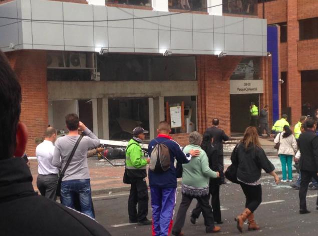Andreína Márquez @mintina  Jul 2 Vamos caminando normal en #Bogotá y explota un paquete bomba en la Calle 72 con novena, en la sede @PorvenirOficial