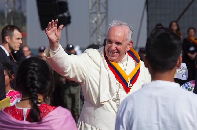 Llegada del Santo Padre, Papa Francisco a Quito, Ecuador. En su arribo al Aeropuerto Mariscal Sucre lo recibe el presidente de la república, Rafael Correa. Carlos Pozo / Cancillería Ecuador