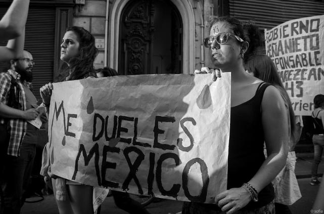 """""""Mexiko, bolíš mě"""" – Pochod proti unesení 43 studentů z Ayotzinapy, od Plaza Independencia k mexické ambasádě. Fotografie ze serveru Flickr, od Sofie, v rámci licence Creative Commons."""