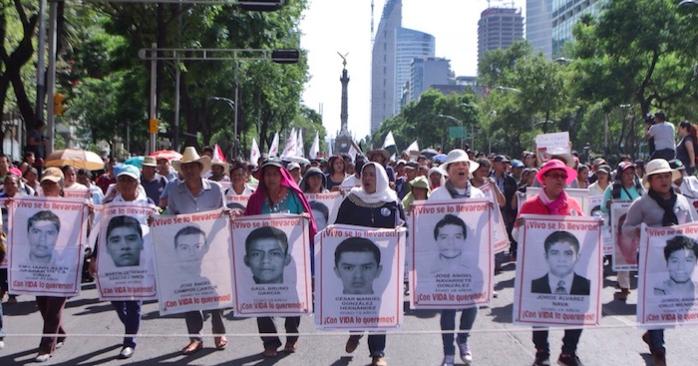 Familiares y compañeros de los 43 realizaron una marcha más, a 10 meses de la desaparición de los normalistas de Ayotzinapa. Foto: Francisco Cañedo, SinEmbargo