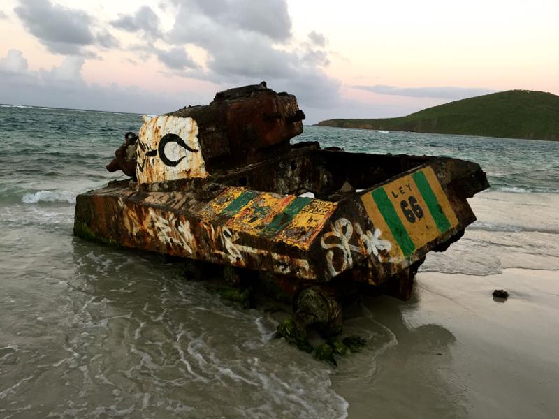 Aún quedan vestigios de los ejercicios de la marina contaminando las playas de Culebra, como este tanque. Foto tomada por Christopher Zapf. Utilizada bajo licencia CC BY-SA 4.0 via Wikimedia Commons.