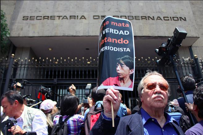 Reporteros de medios escritos, televisivos y radiofónicos increparon hoy a funcionarios de la Secretaría de Gobernación (Segob) y del Gobierno de Veracruz, a quienes pidieron que expliquen qué harán para proteger la vida e integridad de las y los periodistas en la entidad.