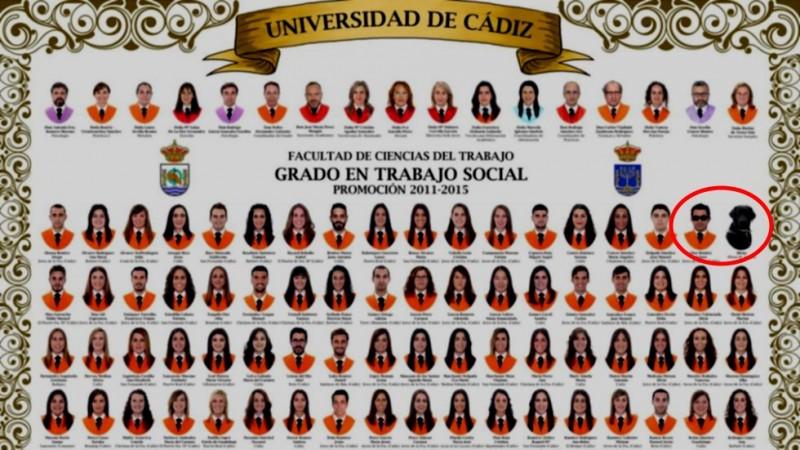Orla de la promoción 2011-2015 de Trabajo Social de la Universidad de Cádiz, donde puede verse a Idena a la derecha, junto con su dueño. Captura de pantalla de un vídeo subido a YouTube por TheCrackMetal MGM