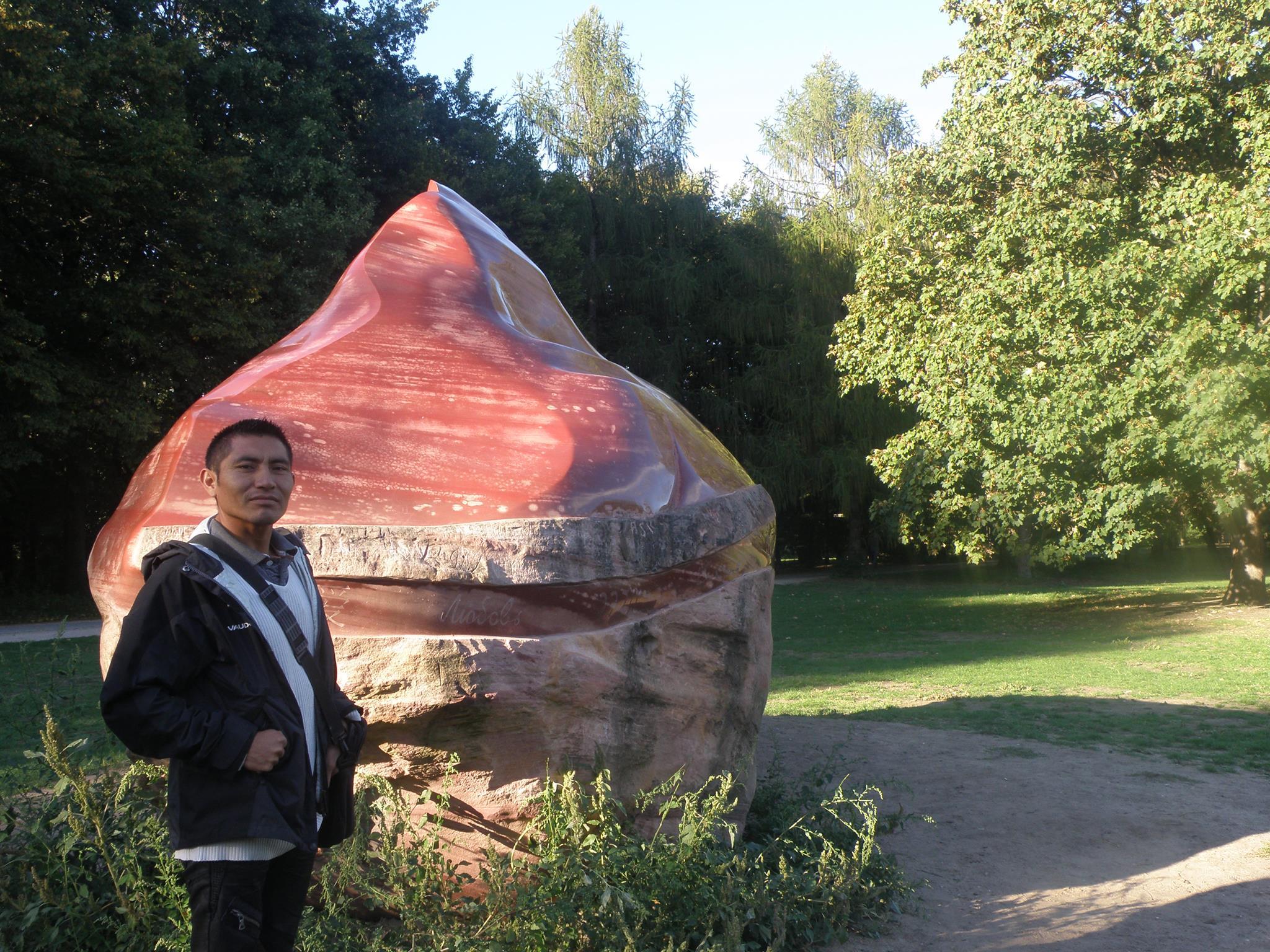 Alejandro Díaz (Kachipiú) indígena pemón y estudiante de la Universidad nacional Experimental Indígena del Tauca, visita a la abuela Kueka en Berlín, año 2015.