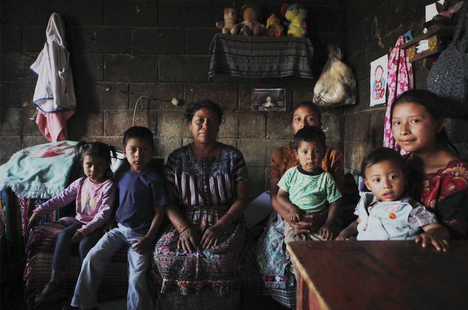 La familia de Abel Majzul en Guatemala, quienes tuvieron que afrontar los gastos e intereses del pago del viaje del único hombre de la familia a Estados Unidos. Foto: Diario19.