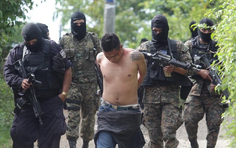 FNAC/ENFRENTAMIENTO POLICIAS Y PANDILLEROS/CINCO SUPUESTOS PANDILLEROS MUEREN AL ENFRENTARSE CON PNC Y EJERCITO EN CANTON LOS PAJALES, PANCHIMALCO UN PANDILLERO ARMADO FUE DETENIDO DURANTE LA BUSQUEDA DEL EJERCITO Y POLICIA SE DESPLAZAN POR VEREDAS EN MILPAS Y BARRANCAS EN DONDE SE ESCONDIA UN PANDILLERO ARMADO TRAS EL ENFRENTAMIENTO LA CALLE PRINCIPAL DEL CACERIO LA LOMA, DEL CANTON LOS PAJALES DE PANCHIMALCO, LA MADRUGADA DEL DOMINGO 16 DE AGOSTO DE 2015 EN DONDE SE REGISTRO UN ENFRENTAMIENTO ENTRE SUPUESTOS PANDILLEROS Y POLICIAS Y MILITARES, LUEGO DE QUE ESTOS INTENTARON ESCAPAR DE LA POLICIA E INGRESARON A UNA VIVIENDA PARA ESCONDERSE Y REFUGIARSE POR LA CANTIDAD DE POLICIAS Y MILITARES Y ES ALLI DONDE SE DA EL ENFRENTAMIENTO, MURIENDO 5 DELINCUENTES QUE NO FUERON IDENTIFICADOS, PERO QUE SE LES PERFILA COMO DELINCUENTES BUSCADOS, ALGUNOS DE ELLOS CON ORDEN DE CAPTURA. A ELLOS SE LES DECOMISO UN FUSIL, UNA AMETRALLADORA, UNA CARABINA Y DOS ARMAS CORTAS 9MM COMO MUNICION. UN PANDILLERO MAS FUE DETENIDO QUIEN ANDABA POR EL LUGAR ARMADO, DECOMISANDOLE EL ARMA. 16082015 FOTO DE LA PRENSA/FRANCISCO ALEMAN
