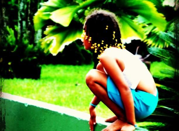 Niña frente a su escuela en medio de la zona selvática de Costa Rica. Fotografía de Diego David García. Publicada bajo licencia Creative Commons
