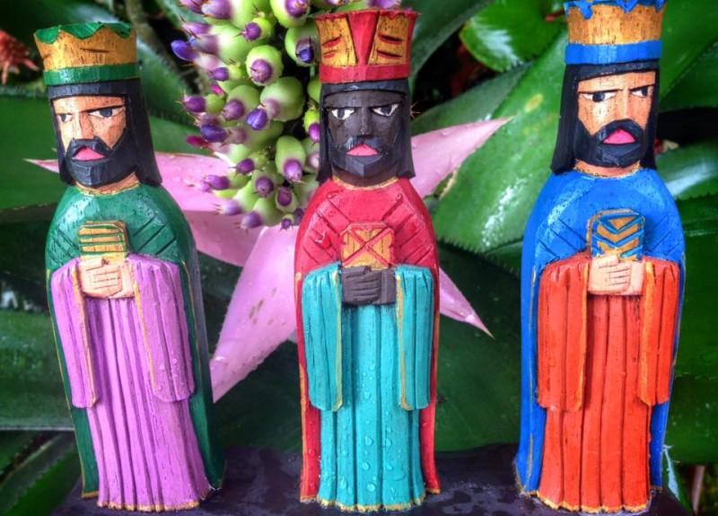 La talla de santos en madera es una de las tradiciones populares más antiguas de Puerto Rico. Es muy común en las Promesas de Reyes que los asistentes lleven figuras de los Tres Reyes Magos, como esta, a la ceremonia. Imagen tomada por Wilma Colón y subida a Facebook. Utilizada con autorización.
