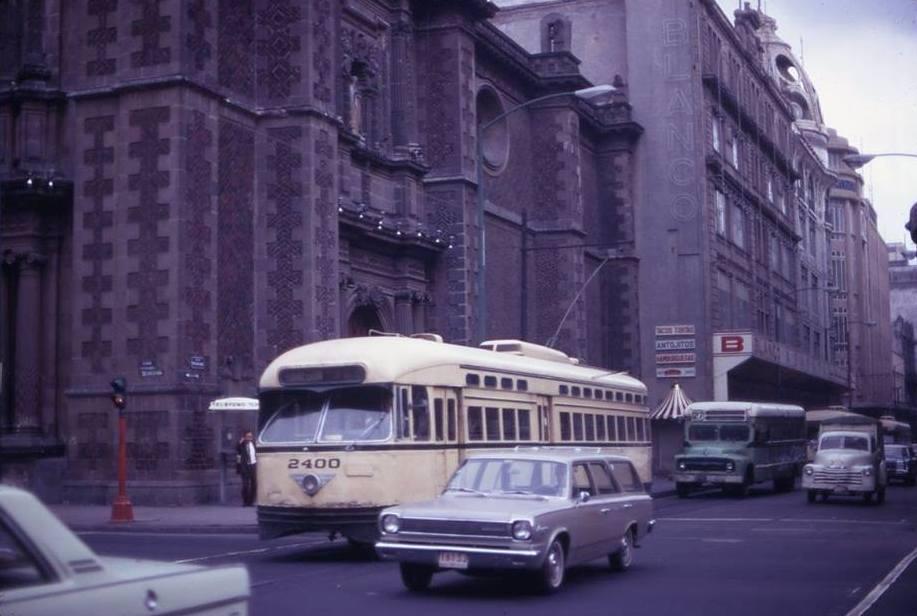 Esquina de 20 de Noviembre y Venustiano Carranza, finales de los años 60. Imagen de la página de Facebook La Ciudad de México en el Tiempo.