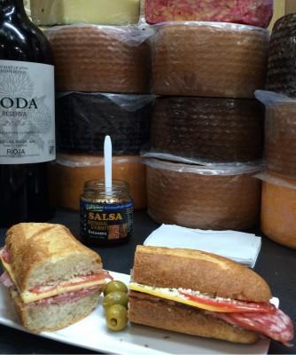 Bocadillo servido en un local de productos madurados en el mercado de San Juan. Imagen del autor.