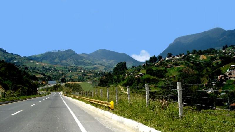 Foto: Carretera hacia Urabá, fotografía de Wikimedia Commons, del dominio público.