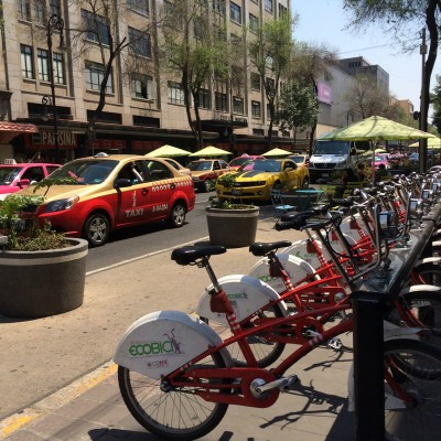 Bicicletas para uso público, disponibles porque los capitalinos prefieren el automóvil aún en los días de #ContingenciaAmbiental. Imagen del autor.