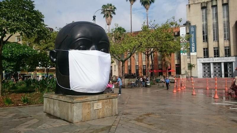 Como parte de la protesta, varias de las esculturas distintivas de la ciudad fueron intervenidas y cubiertas con tapabocas. Fotografía de Sergio González. Publicada con permiso.