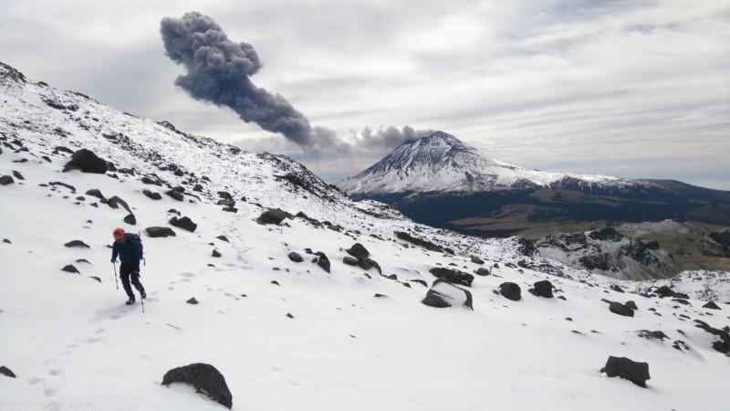 En la imagen: Vista del volcan Popocatépetl mientras Raúl Morales escala el Iztaccíhuatl. Foto utilizada con autorización de Raúl Morales.