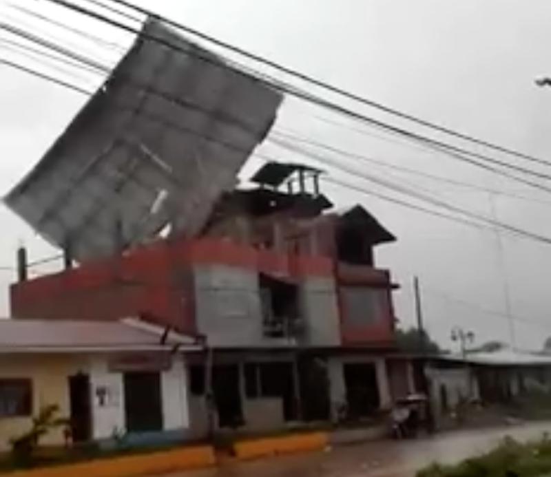 Captura de pantalla del video compartido por SENAMHI PERU, enviado por una de sus usuarias. En el video puede verse cómo los fuertes vientos desprenden el techo de una de las casas.