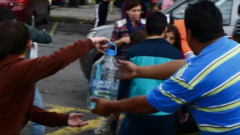 """""""¿Cómo puedes ayudar si no puedes poner manos a la obra? Enviar donaciones al consulado más cercano o depositar dinero en la Cruz Roja te sabe a poco. Quieres estar ahí, y ayudar a alguien. Conversar con alguna persona en busca de desahogarse del susto que se ha llevado. Llevar a los niños a jugar al parque, para que se olviden un momento de la tristeza y sus padres puedan poner en orden la cabeza."""" Donaciones tras terremoto en Ecuador. Captura de pantalla tomada del video hecho en Cruz del Papa el 16 de abril."""