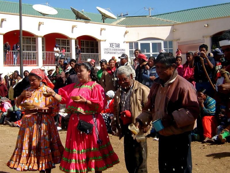 """XETAR """"La voz de la Sierra Tarahumara"""" (emisora del Sistema de Radiodifusoras Culturales Indigenistas). Imagen de CDI utilizada con autorización."""