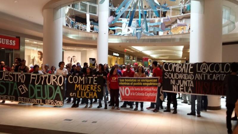 Manifestantes adentro del centro comercial Plaza Las Américas.