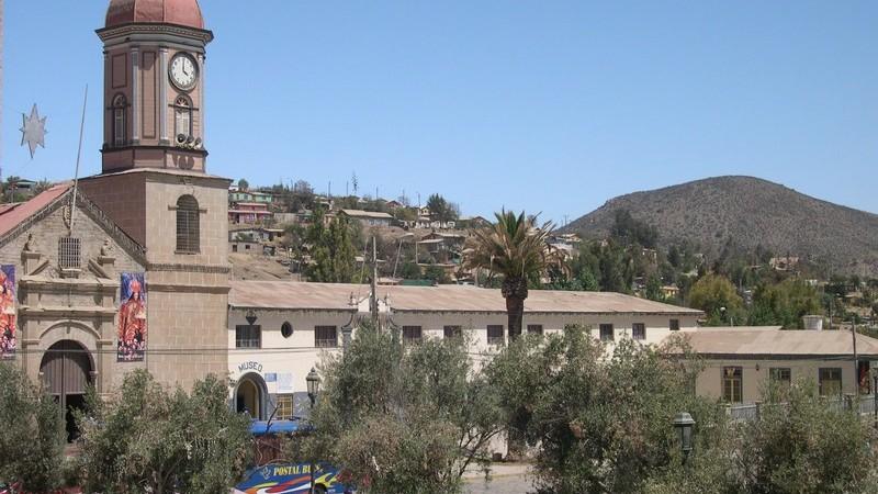 Plaza principal de Andacollo. Imagen tomada de Wikimedia Commons y publicada bajo términos de GNU Free Documentation License. Fotografía tomada por Katja Radon.