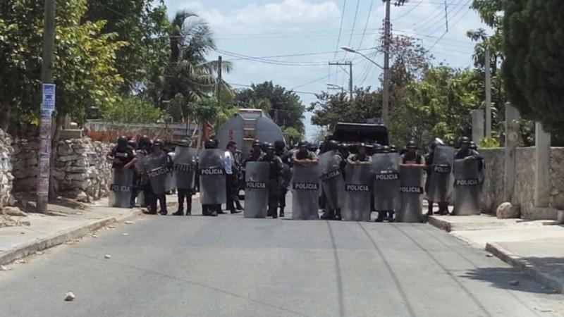 Fuerzas policiales durante desalojos en Chablekal, Yucatán. Fotografía de Randy Soberanis Dzul para el medio La Jornada Maya y usada con permiso.