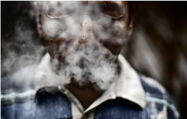 Wisiratu invocando los espíritus ancestrales a través del humo del tabaco: Foto de Álvaro Laiz, publicada con permiso.