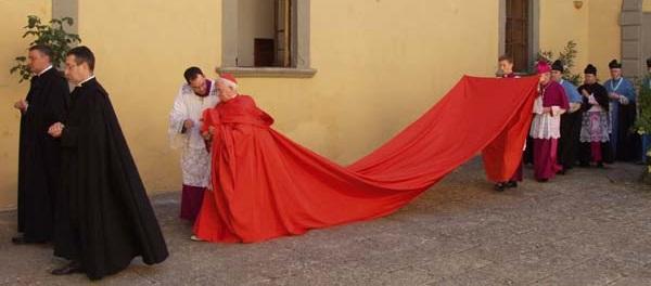 El cardenal Cañizares con la «capa magna» en 2007, durante una ordenación de sacerdotes en Toledo