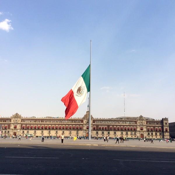 México. Bandera nacional izada a media asta en señal de luto. Imagen del autor.