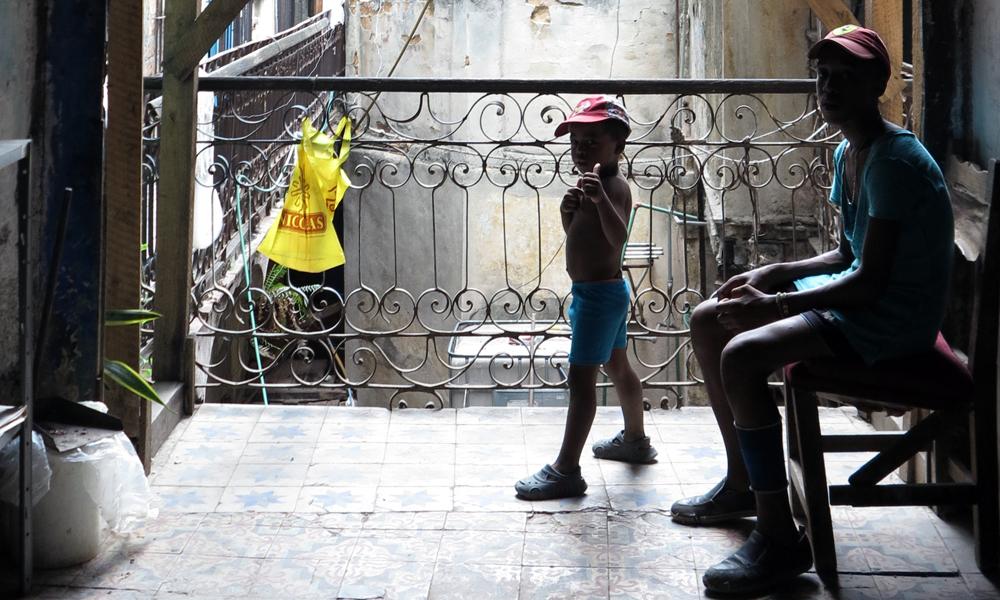 Una familia en un edificio de La Habana (Foto: Mónica Baró - Periodismo de Barrio)