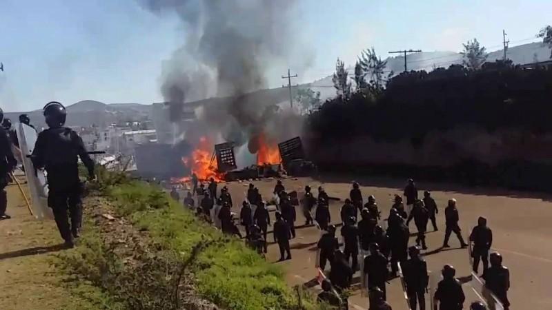 Grupos sindicales y fuerzas policiales federales se enfrentan en Oaxaca por causa de la reforma educativa. Captura de pantalla del video compartido por Libre Red en Youtube.