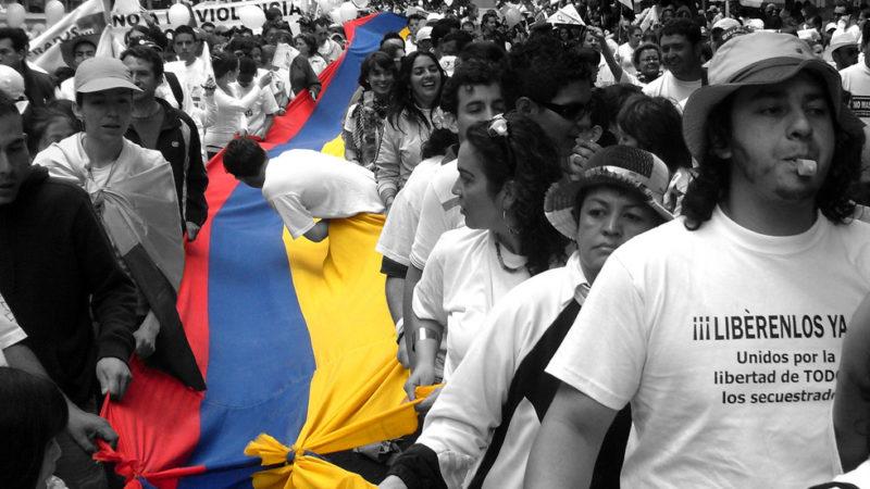 Millones de colombianos marchan por la liberación de los secuestrados por las FARC y el Ejército de Liberación Nacional. Fotografía tomada de Wikipedia Commons, publicada bajo licencia Creative Commons.