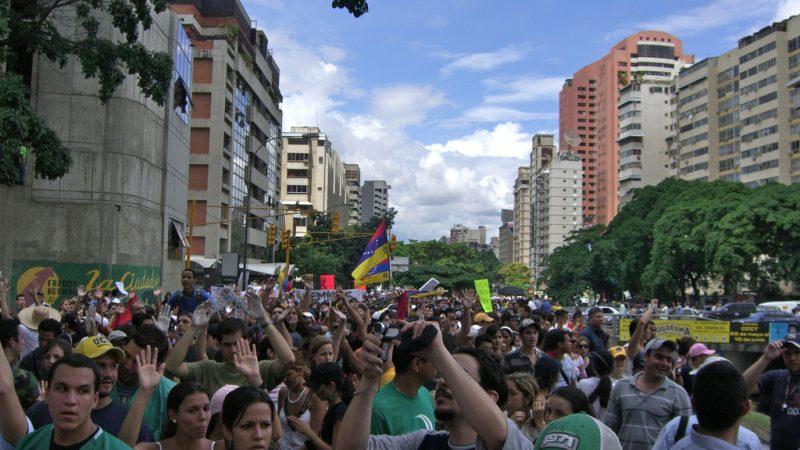 Fotografía de Andrés E. Azpúrua: Jóvenes manifestantes en Caracas por la libertad de expresión en 2007. Publicada bajo licencia Creative Commons.