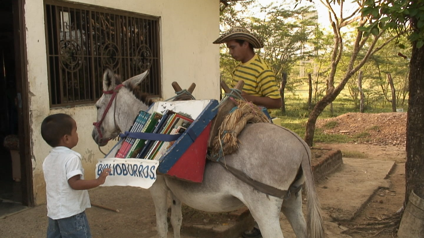 Biblioburro (Библиобурро) — мобильная библиотека в Колумбии. Acción Visual/Diana Arias - Wikipedia (CC BY-SA 3.0)