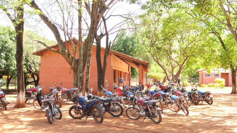 La motocicleta es tan necesaria para la educación en el norte de Paraguay como los lápices. Aquí, el estacionamiento de la Escuela 12 de Abril de Arroyito. Fotografía de Juan Carlos Meza, usada con permiso.