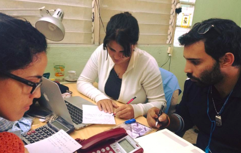 Colaboradores de Periodismo de Barrio, Monica, Elaine y Julio, trabajando. Photo por Elaine Diaz, usado con permiso.