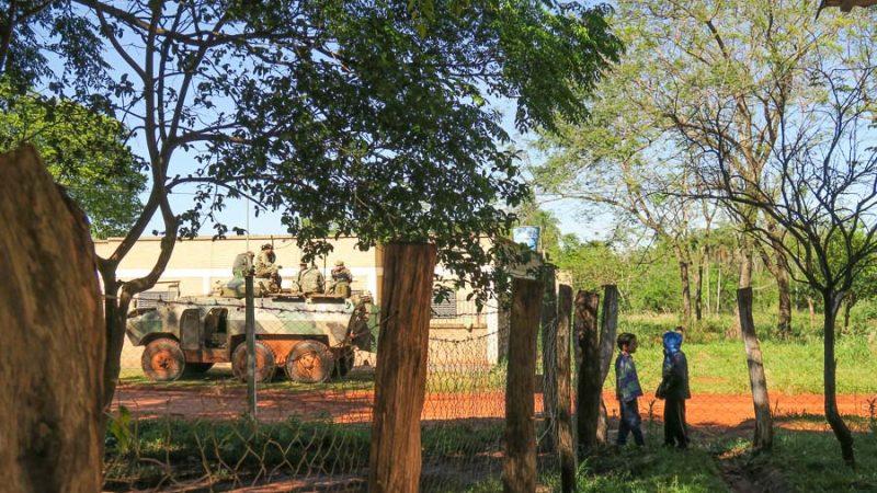 Una tanqueta con militares armados se encuentra apostada frente a la escuela Maricevich de Arroyito. Fotografía de Juan Carlos Meza. Publicada con permiso.