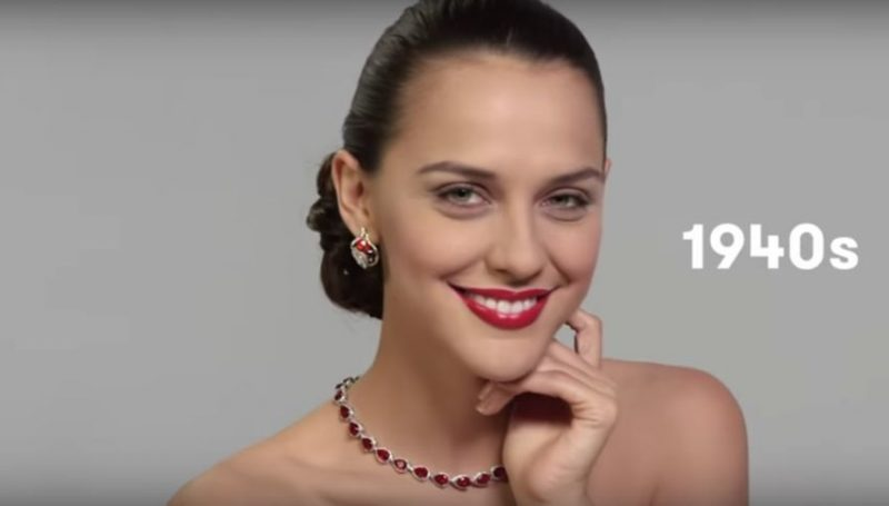 La modelo Mariela Irala personificada con el look de Evita. Imagen del video 100 Years of Beauty: Argentina