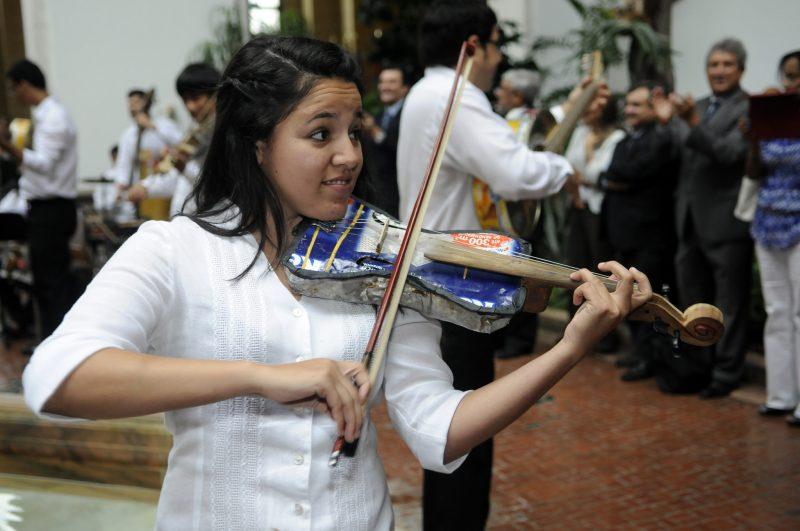 La orquesta de instrumentos reciclados de Cateura, Paraguay, durante un concierto en Washington DC. Foto tomada de la cuenta en Flickr de la OEA bajo licencia Creative Commons.