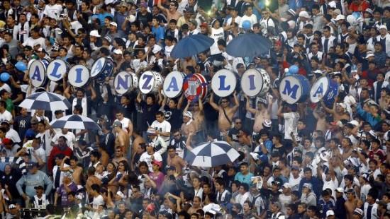 Hinchada de Alianza Lima. Imagen de Flickr del usuario Ver en vivo En Directo (CC BY-SA 2.0).