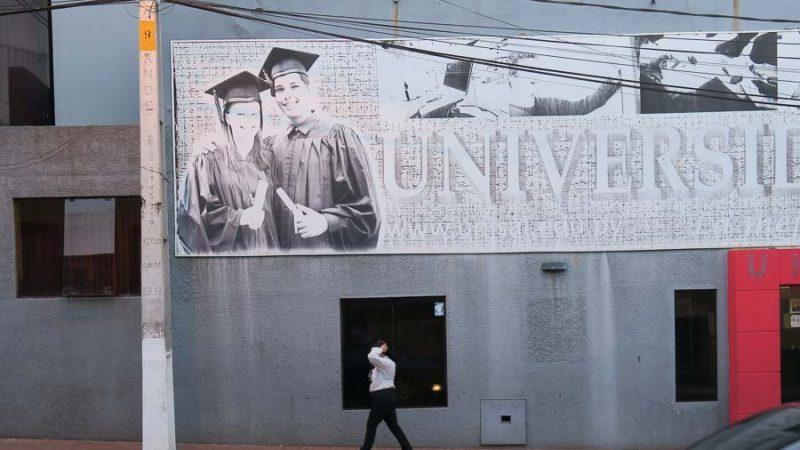 """""""Ocho de cada diez estudiantes universitarios en Paraguay se enfrenta a universidades que suben cuotas y cierran carreras sin previo aviso."""" Fotografía publicada por Kurtural y usada con permiso."""