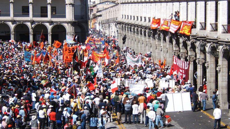 Protesta en la plaza principal de Arequipa en 2007. Fotografía tomada de Wikimedia Commons, del Dominio Público.