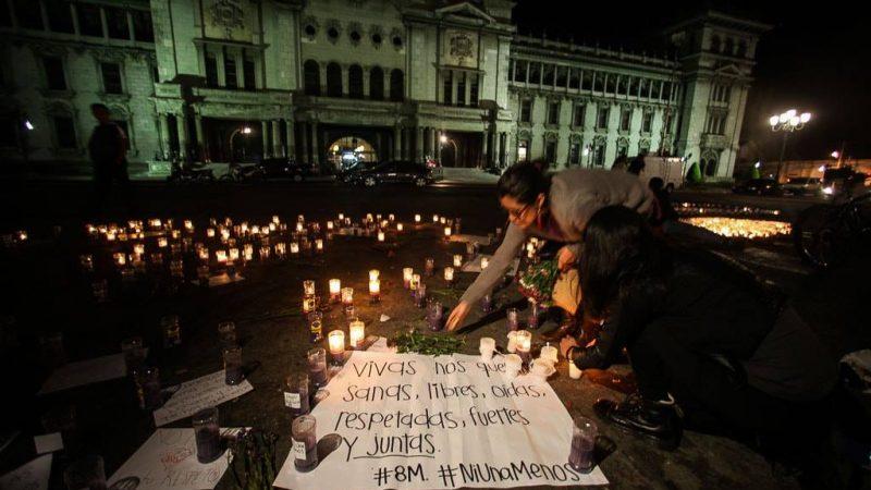 Mujeres prenden velas el 8 de marzo de 2017 en la Ciudad de Guatemala. Foto de Carlos Sebastián para Nómada. Usada bajo licencia Creative Commons.