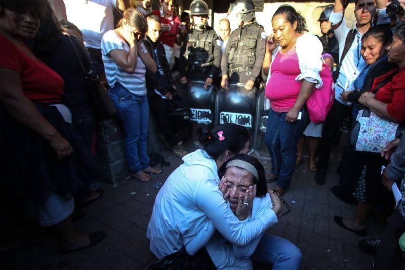 Familiares lloran afuera del Hogar Seguro el 8 de marzo de 2017. Foto de Carlos Sebastián para Nómada. Usada bajo licencia Creative Commons.