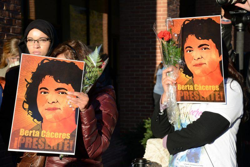 """Manifestation pour Berta Caceres"". La veille aux portes de l'OEA a réussi le 5 Avril, 2016. Photo de Daniel Cima pour la Commission interaméricaine des droits de l'homme sur Flickr. Utilisée sous CC 2.0 Foto de Daniel Cima para la <a href=""https://www.flickr.com/photos/cidh/26169811962/in/photolist-FSx8mw-G1GUaX-G1GUHv-FSx7RU-G1GU6D-FSx7Wy-F6rUBe-FAAnNL-G1GTEZ-FYpUNC-F6rUm4-F6gaCQ-FURkjF-F6rSKt-G1GSeT-FURmjg-F6rQSa-FSx5PN-F6gaZm-G1GSYZ-FURjxa-FSx6WN-F6gaKJ-F6rSST-F6rRWe-G1GQWH-G1GSKT-F6g8Hh-G1GS16-F6g8VS-FAAos1-G1GRTc-GPLGM7-Jw53j1-FTRXcw-Jw4PVJ-J9sshU-Jsg6Cx-FBHqbS-Eaw9tu-EPrFEs-FBHqjY-GHqt1v-GKMXto-GMa1mQ-JshWoB-FwHMyz-EtfSm6-E5mzyP-uaGtsL"">Comisión Interamericana de Derechos Humanos en Flickr</a>. Usada bajo licencia CC 2.0"