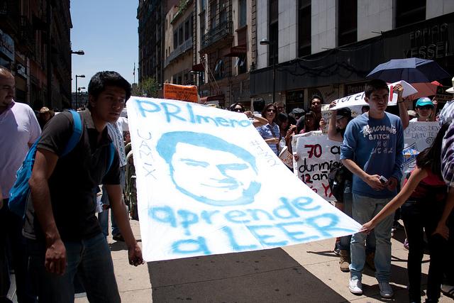 "Estudiantes mexicanos protestando contra el partido político ""PRI"" y el Presidente Peña. Imagen compartida en Flickr por la usuaria <a href=""https://www.flickr.com/photos/julielouisa/7176641341/in/photolist-bWbarx-bWbkzM-cdxoTh-cdxAVA-ctkg2f-bWbcFv-ghmh1N-gkc6T1-gk6hUo-gjVTKL-gmqJPL-bWbdKR-gU8SR-c1X5Gs-ctmt5Y-c1Z36j-c4zi2Q-bR5ZVn-c1TQXW-ctjmuW-c1Xuzs-c1ZcWE-bR61EB-c1XypW-c1UiSf-eUT1JX-ctjYQj-c1VZx1-c1VJDA-c4zn2Q-c1VcVA-c1Y79j-eUT27x-ctmJwG-c1XNuE-ctjMd9-cFg1Pm-dfZuGG-ctmocN-cw39Tf-c4zmrJ-23ZR4-ctksEy-dBuxk2-c1UUs5-23ZSB-ctjgkj-c3YUNy-c1YH8J-c1YL3b/"">Julie Louisa Hagenbuch</a>, utilizada en términos de la licencia <em><a href=""https://creativecommons.org/licenses/by/2.0/"">Creative Commons 2.0</a>.</em>"