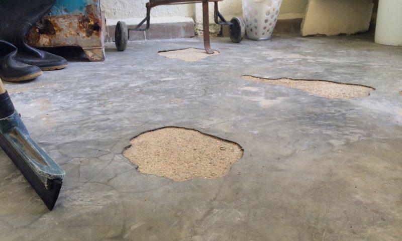 Grietas en el piso. Foto de Elaine Díaz. Usada con permiso.