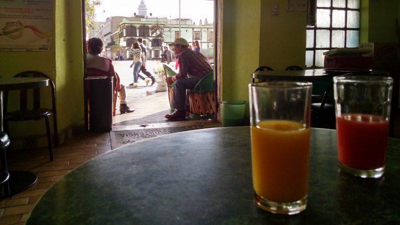 """Pulque de sabores. Imagen compartida por <a href=""""https://www.flickr.com/photos/sarunas_b/17610733021/"""">Šarūnas Burdulis</a> en Flickr, utilizada en términos de licencia <a href=""""https://creativecommons.org/licenses/by-sa/2.0/""""><em>Creative Commons 2.0</em></a>."""