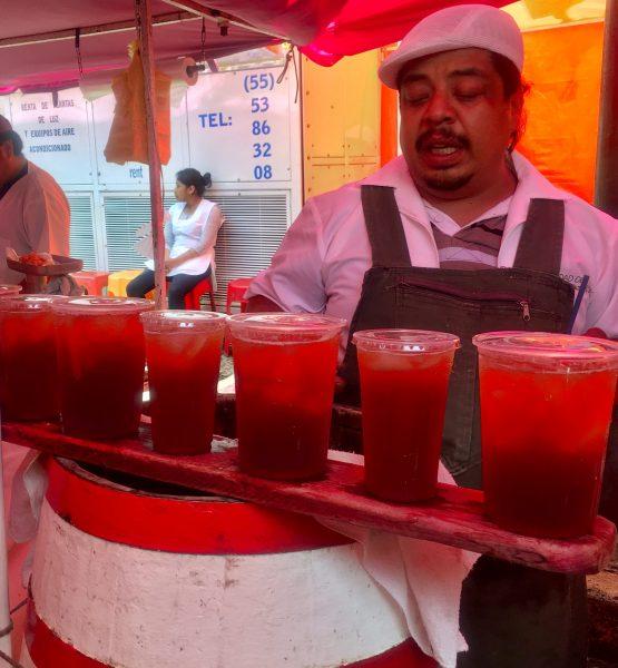 Vendeur de tepache sur un marché deplein air,ou tianguis,à Mexico.Photographie de J. Tadeo.